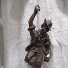 Antigüedades: PRECIOSA TALLA DE MADERA DE UN MONTAÑÉS O ESCALADOR. 35 CM DE ALTURA. Lote 228224335