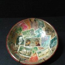 Antigüedades: CURIOSO CUENCO DE CRISTAL VINTAGE CON PEQUEÑA COLECCION DE SELLOS. Lote 228274035