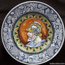Antigüedades: PLATO POLICROMO PINTADO A MANO CON SOLDADO.. Lote 228303915