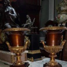 Antigüedades: PAREJA COPAS MEDICI BRONCE GUARNICIÓN RELOJ ESTILO IMPERIO. Lote 228305595