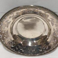 Antigüedades: BANDEJA DE METAL PLATEADO CON CALADO. Lote 228321245