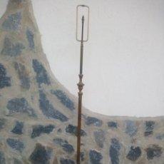 Antigüedades: ANTIGUO PIE DE LAMPARA DE LATON Y BRONCE CON 3 GARRAS COMO PATAS.. Lote 228345705