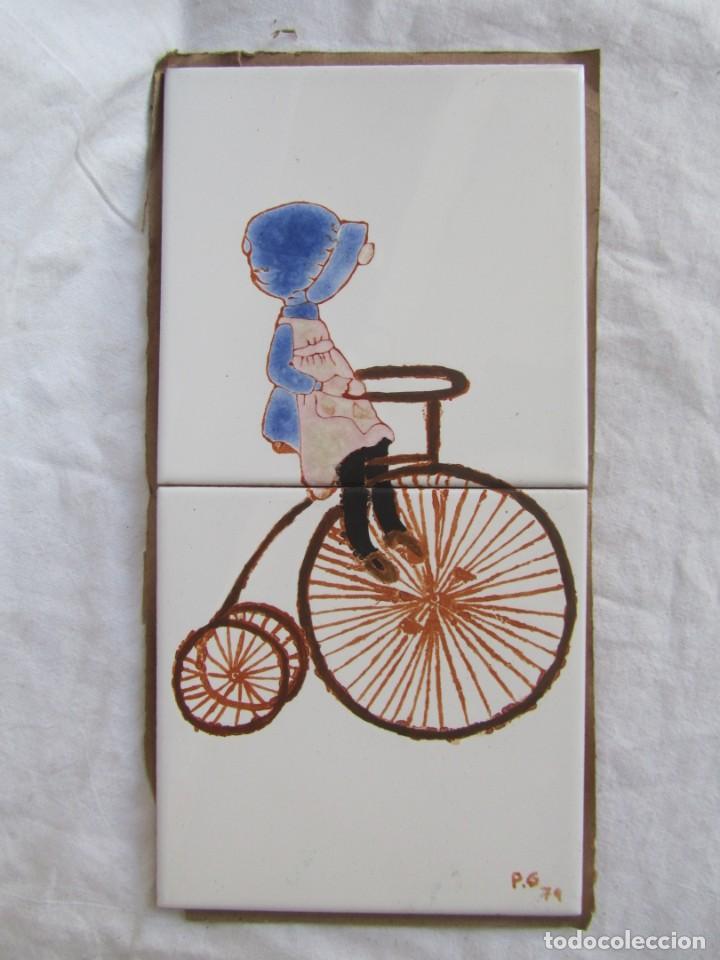 Antigüedades: 2 azulejos niña montando en bicicleta, 1979 - Foto 2 - 228457350