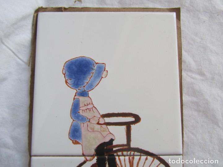 Antigüedades: 2 azulejos niña montando en bicicleta, 1979 - Foto 3 - 228457350