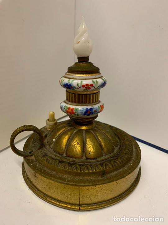 Antigüedades: Encantadora palmatoria o candelabro en laton y opalina pintada a mano, con interruptor. Original - Foto 2 - 228491530