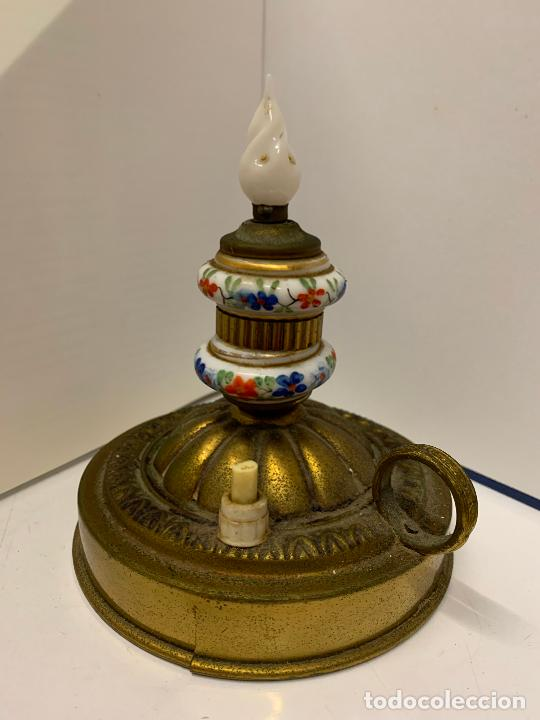 Antigüedades: Encantadora palmatoria o candelabro en laton y opalina pintada a mano, con interruptor. Original - Foto 5 - 228491530