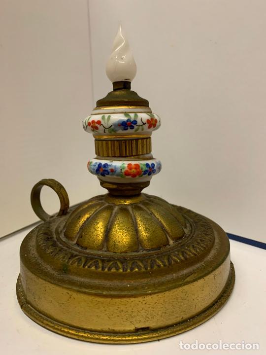 Antigüedades: Encantadora palmatoria o candelabro en laton y opalina pintada a mano, con interruptor. Original - Foto 7 - 228491530