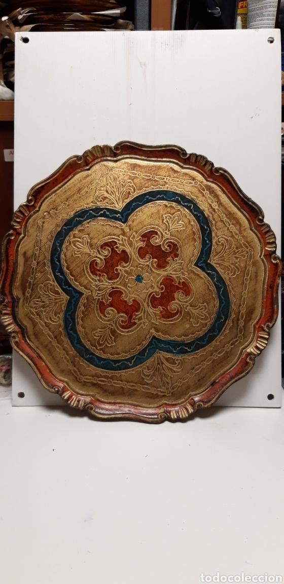 BANDEJA REDONDA DE MADERA POLICROMADA (Antigüedades - Hogar y Decoración - Bandejas Antiguas)
