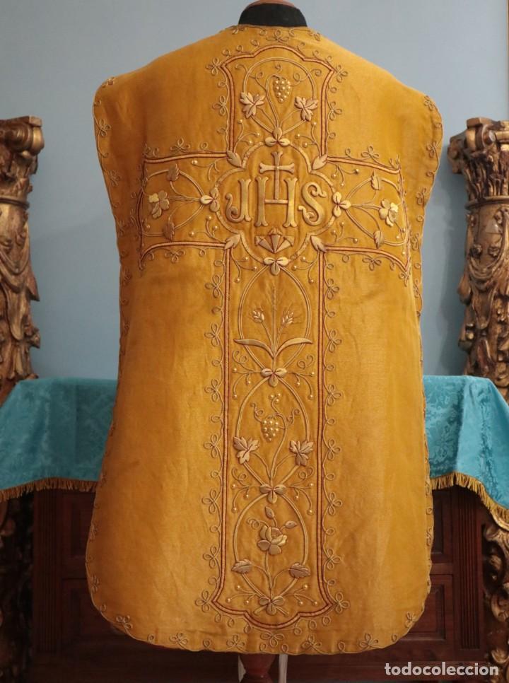 CASULLA CONFECCIONADA EN TISÚ BORDADO CON HILO DE ORO. FRANCIA, SIGLO XIX. (Antigüedades - Religiosas - Casullas Antiguas)