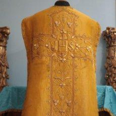 Antigüedades: CASULLA CONFECCIONADA EN TISÚ BORDADO CON HILO DE ORO. FRANCIA, SIGLO XIX.. Lote 228513490