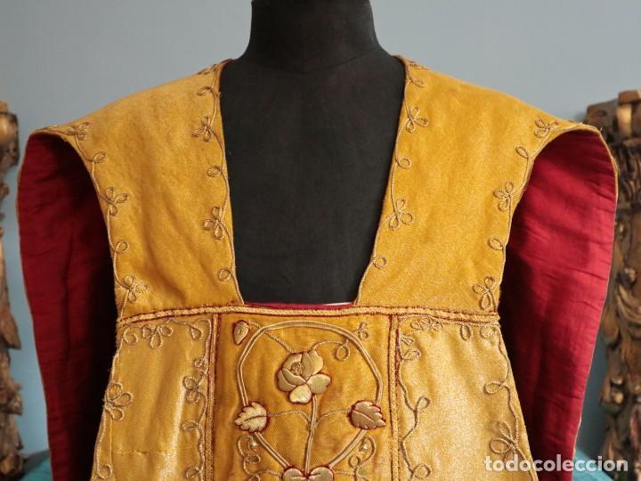 Antigüedades: Casulla confeccionada en tisú bordado con hilo de oro. Francia, siglo XIX. - Foto 3 - 228513490