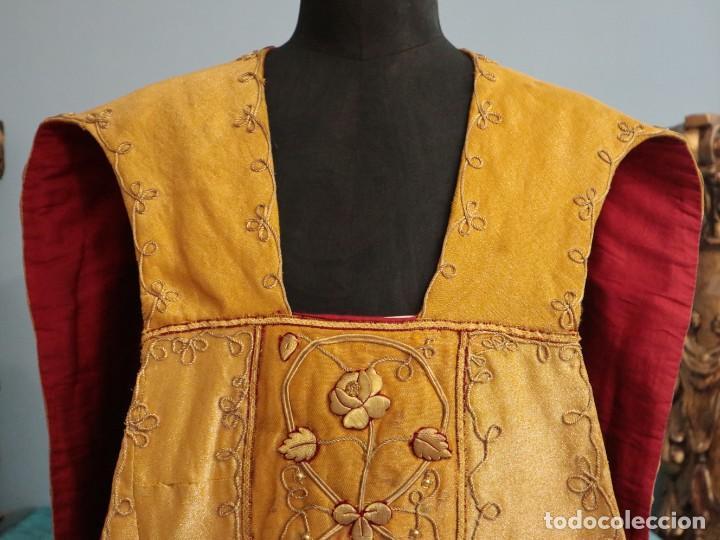 Antigüedades: Casulla confeccionada en tisú bordado con hilo de oro. Francia, siglo XIX. - Foto 5 - 228513490