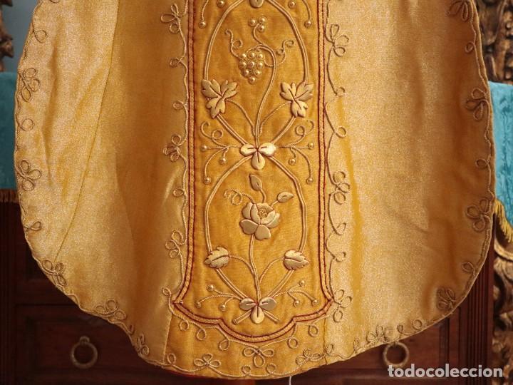Antigüedades: Casulla confeccionada en tisú bordado con hilo de oro. Francia, siglo XIX. - Foto 8 - 228513490