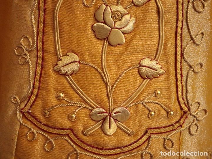 Antigüedades: Casulla confeccionada en tisú bordado con hilo de oro. Francia, siglo XIX. - Foto 11 - 228513490