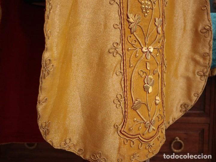 Antigüedades: Casulla confeccionada en tisú bordado con hilo de oro. Francia, siglo XIX. - Foto 16 - 228513490