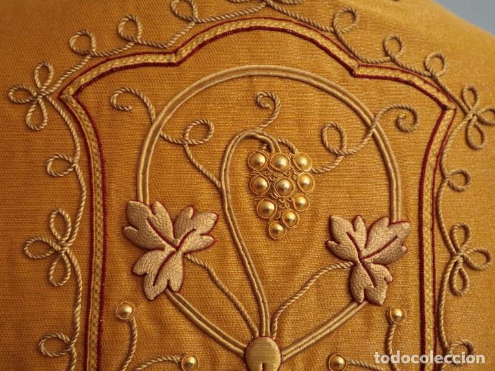 Antigüedades: Casulla confeccionada en tisú bordado con hilo de oro. Francia, siglo XIX. - Foto 24 - 228513490