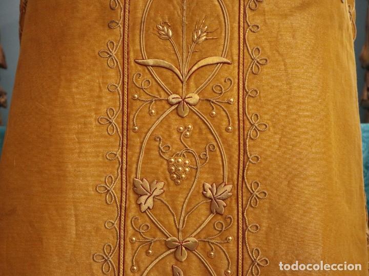 Antigüedades: Casulla confeccionada en tisú bordado con hilo de oro. Francia, siglo XIX. - Foto 26 - 228513490