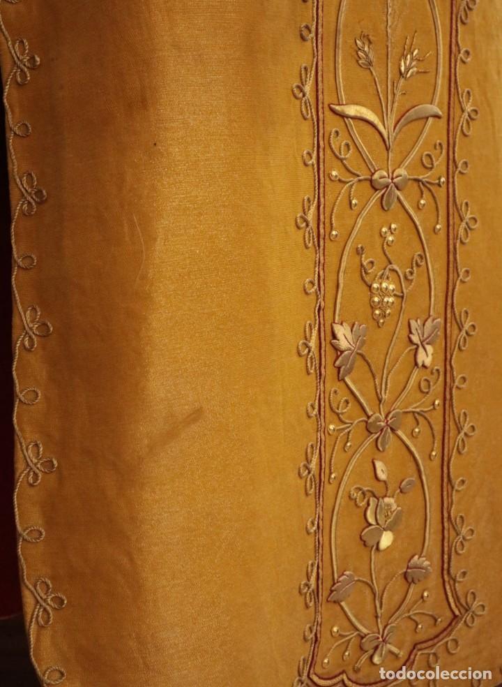 Antigüedades: Casulla confeccionada en tisú bordado con hilo de oro. Francia, siglo XIX. - Foto 32 - 228513490