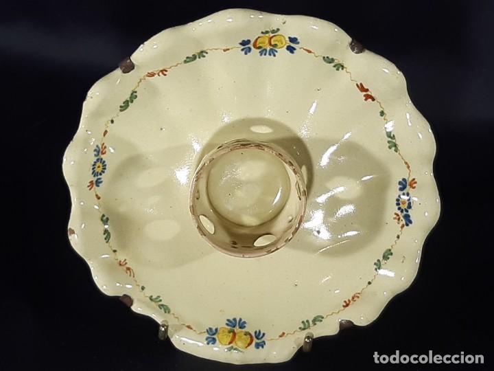 MANCERINA DE ALCORA. FIRMADA. SIGLO XVIII. (Antigüedades - Porcelanas y Cerámicas - Alcora)