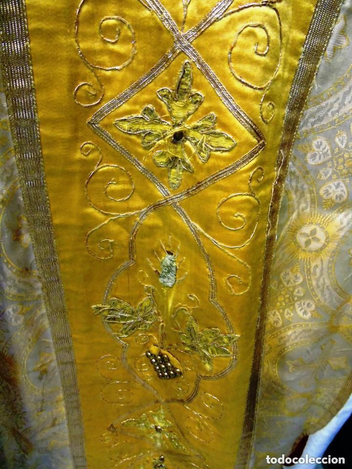 Antigüedades: Antigua magnifica casulla con bordados hilo de oro y finísima decoración en tela damasco. S. XIX - Foto 2 - 228783730