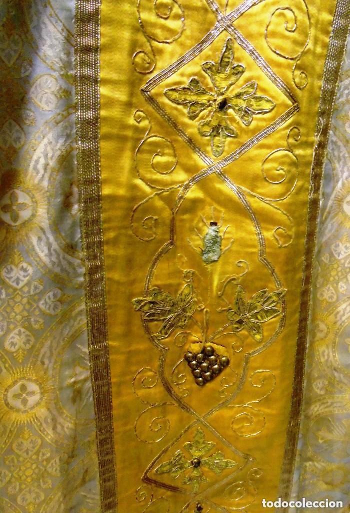 Antigüedades: Antigua magnifica casulla con bordados hilo de oro y finísima decoración en tela damasco. S. XIX - Foto 3 - 228783730