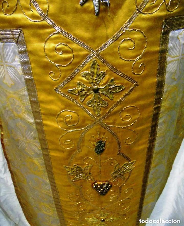Antigüedades: Antigua magnifica casulla con bordados hilo de oro y finísima decoración en tela damasco. S. XIX - Foto 4 - 228783730