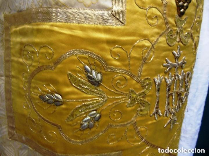 Antigüedades: Antigua magnifica casulla con bordados hilo de oro y finísima decoración en tela damasco. S. XIX - Foto 5 - 228783730