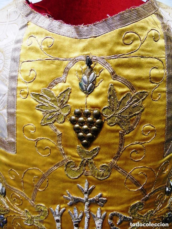 Antigüedades: Antigua magnifica casulla con bordados hilo de oro y finísima decoración en tela damasco. S. XIX - Foto 6 - 228783730