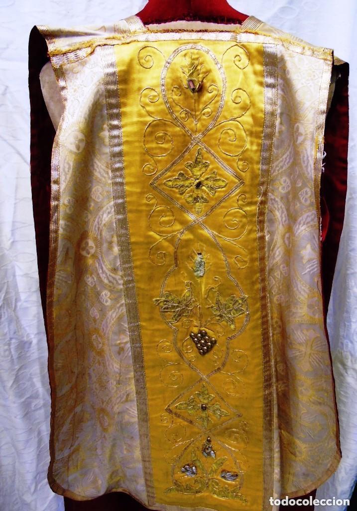 Antigüedades: Antigua magnifica casulla con bordados hilo de oro y finísima decoración en tela damasco. S. XIX - Foto 8 - 228783730
