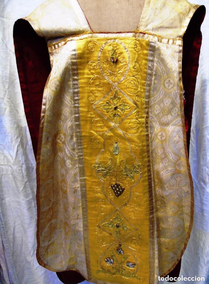 Antigüedades: Antigua magnifica casulla con bordados hilo de oro y finísima decoración en tela damasco. S. XIX - Foto 10 - 228783730