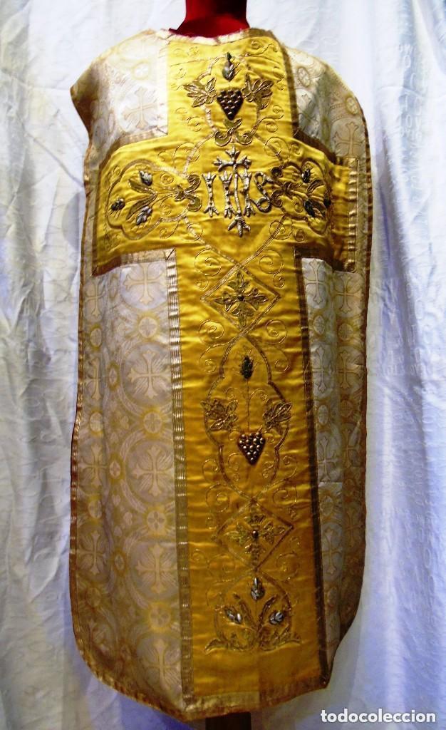Antigüedades: Antigua magnifica casulla con bordados hilo de oro y finísima decoración en tela damasco. S. XIX - Foto 11 - 228783730