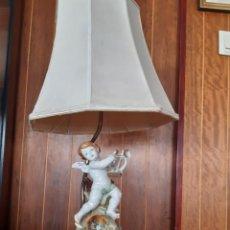 Antigüedades: ANTIGUA LAMPARA DE MESA CON FIGURA DE PORCELANA DE ALGORA CO BASE DE MADERA DORADA Y ALABASTRO.. Lote 228788315