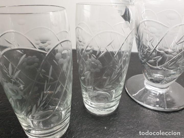 Antigüedades: Juego de Jarra y cinco vasos altos. Tallados y grabados. - Foto 3 - 228837140