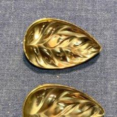 Antiquités: PAREJA PENDIENTES LALIQUE FRANCE HOJAS VIDRIO MORADO 4X2,5CMS. Lote 228854695