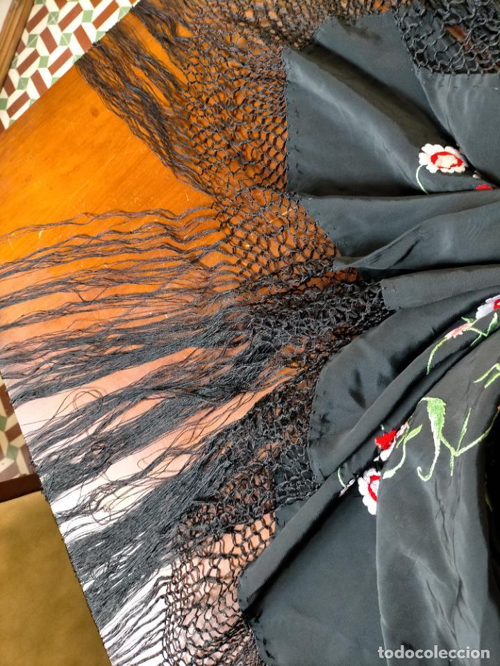 Antigüedades: gran manton negro bordado con flores de colores, gran fleco y enrejado buen estado 123x123 + 50 cm - Foto 2 - 228863635