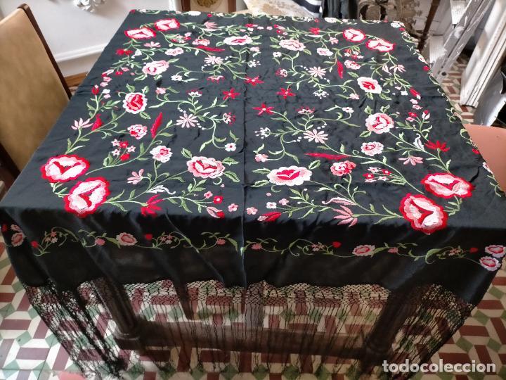 Antigüedades: gran manton negro bordado con flores de colores, gran fleco y enrejado buen estado 123x123 + 50 cm - Foto 3 - 228863635