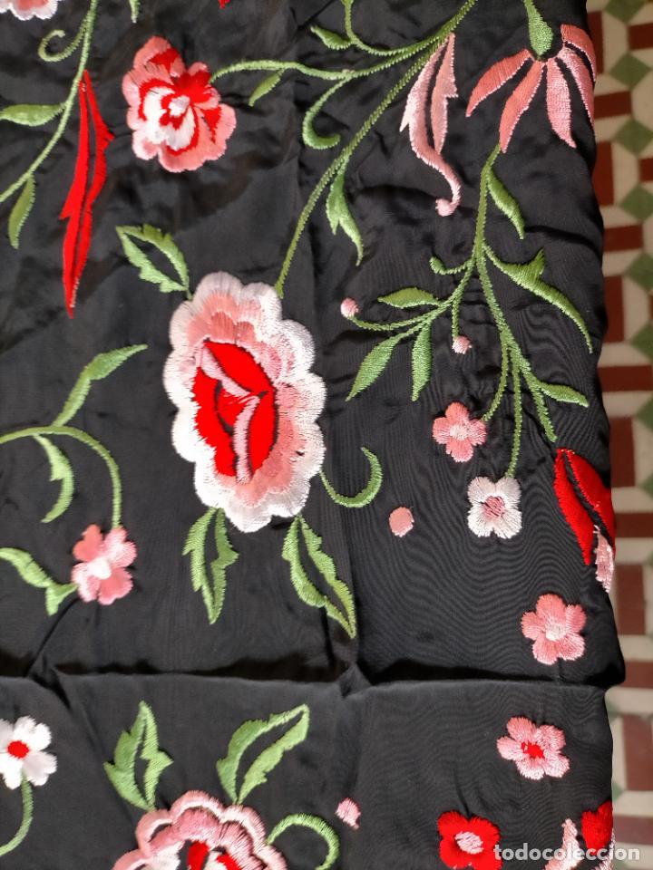 Antigüedades: gran manton negro bordado con flores de colores, gran fleco y enrejado buen estado 123x123 + 50 cm - Foto 4 - 228863635