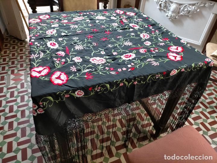 Antigüedades: gran manton negro bordado con flores de colores, gran fleco y enrejado buen estado 123x123 + 50 cm - Foto 5 - 228863635