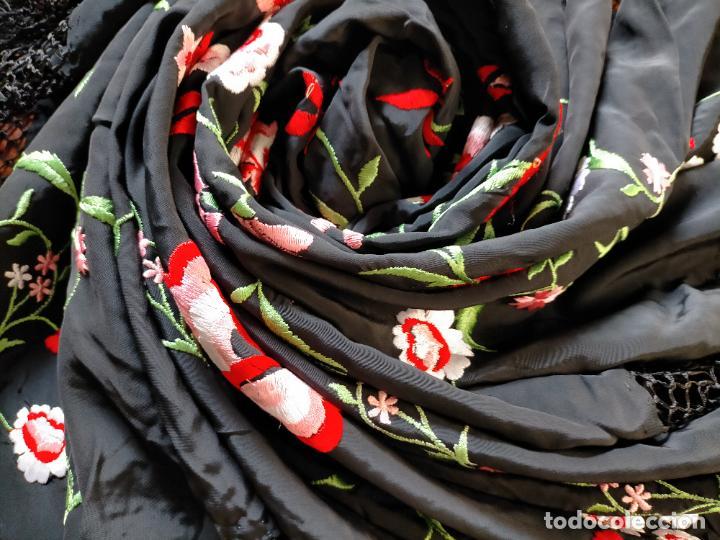 Antigüedades: gran manton negro bordado con flores de colores, gran fleco y enrejado buen estado 123x123 + 50 cm - Foto 8 - 228863635
