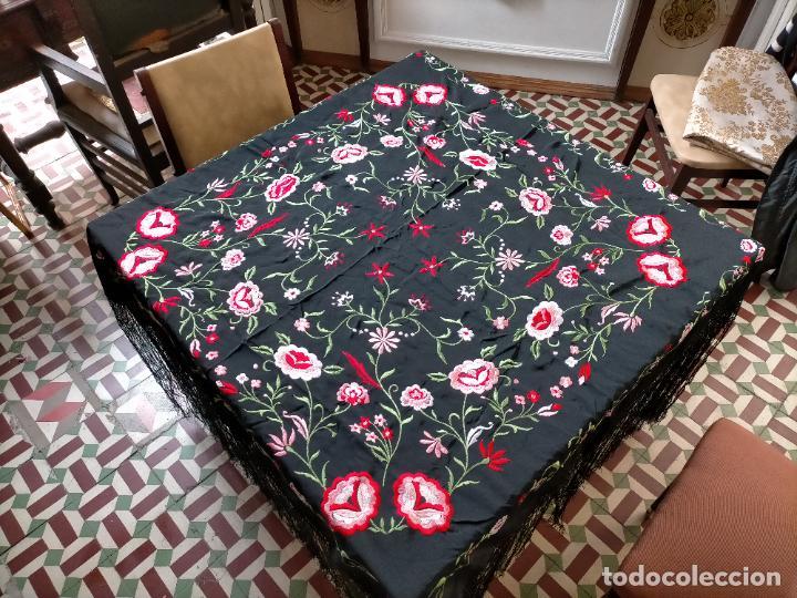 Antigüedades: gran manton negro bordado con flores de colores, gran fleco y enrejado buen estado 123x123 + 50 cm - Foto 10 - 228863635