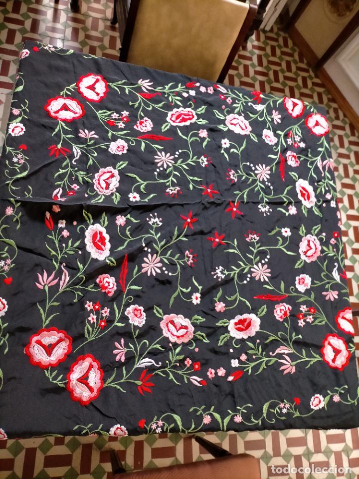 Antigüedades: gran manton negro bordado con flores de colores, gran fleco y enrejado buen estado 123x123 + 50 cm - Foto 11 - 228863635