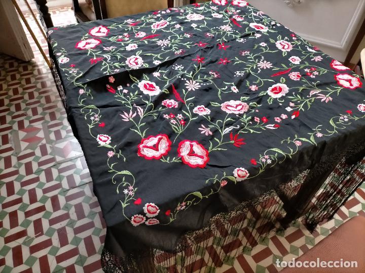 Antigüedades: gran manton negro bordado con flores de colores, gran fleco y enrejado buen estado 123x123 + 50 cm - Foto 12 - 228863635