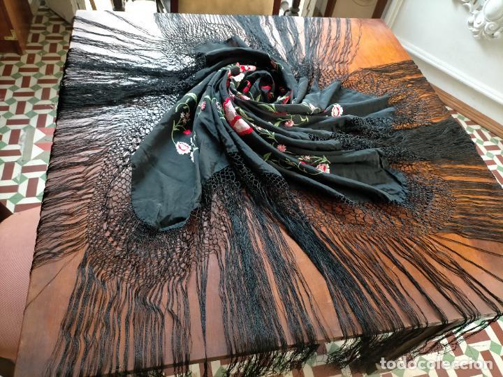 Antigüedades: gran manton negro bordado con flores de colores, gran fleco y enrejado buen estado 123x123 + 50 cm - Foto 13 - 228863635