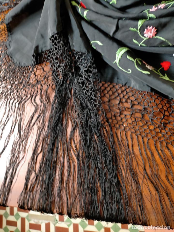 Antigüedades: gran manton negro bordado con flores de colores, gran fleco y enrejado buen estado 123x123 + 50 cm - Foto 14 - 228863635