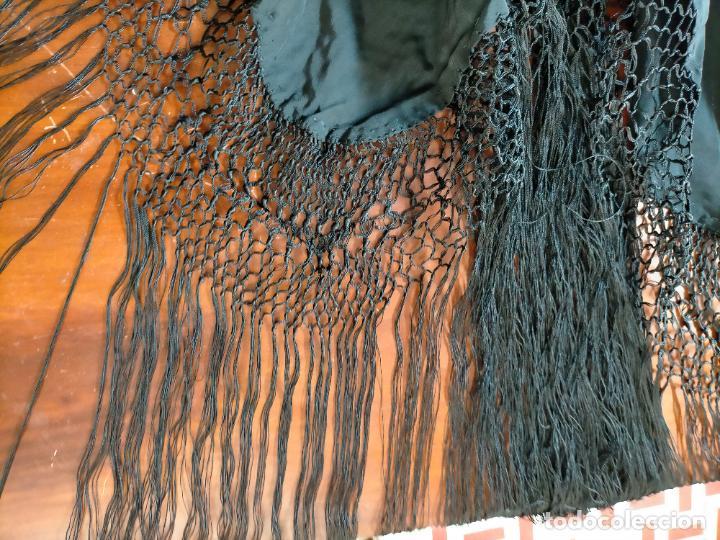 Antigüedades: gran manton negro bordado con flores de colores, gran fleco y enrejado buen estado 123x123 + 50 cm - Foto 15 - 228863635