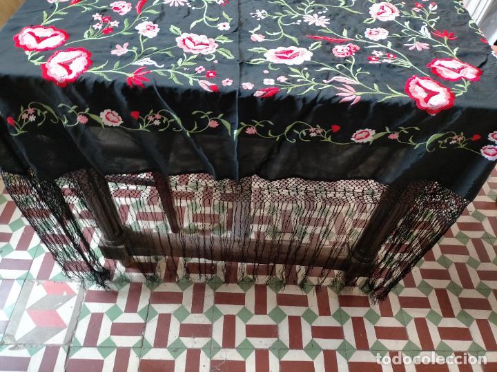 Antigüedades: gran manton negro bordado con flores de colores, gran fleco y enrejado buen estado 123x123 + 50 cm - Foto 17 - 228863635