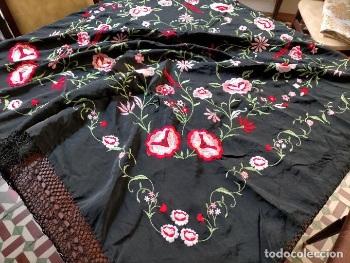 Antigüedades: gran manton negro bordado con flores de colores, gran fleco y enrejado buen estado 123x123 + 50 cm - Foto 18 - 228863635