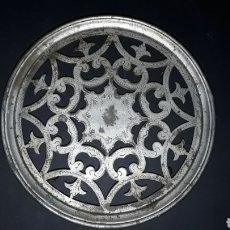 Antigüedades: ANTIGUO SOPORTE DE LATÓN CON RUEDAS PARA MACETA. Lote 229119870