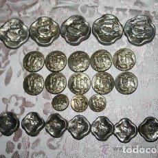 Antigüedades: COLECCIÓN DE 25 BOTONES ANTIGUOS EN METAL. REPRESENTANDO CARABELAS Y PUEBLO. SIGLO XX.. Lote 229143370