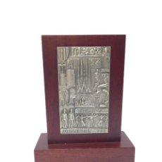 Antigüedades: PLACA ACUÑADA EN PLATA , FIRMADA POR MANOLO PRIETO.IMAGENES DE CATALUÑA. Lote 229148070